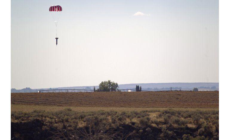 Un doble profesional salta un cañón en Idaho sobre un cohete