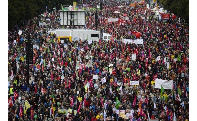 Alemanes protestan contra planeado acuerdo UE-EEUU