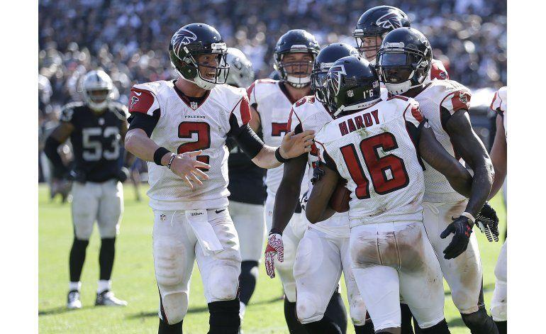 Con pase desviado, Falcons vencen a Raiders