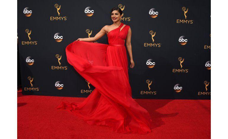 Variedad de colores y diseños en alfombra roja de los Emmy
