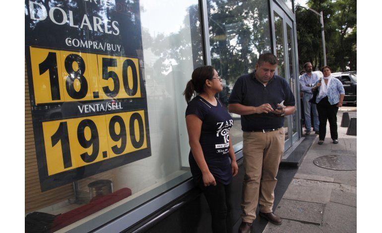 Atribuyen nueva caída del peso a enfermedad de Clinton