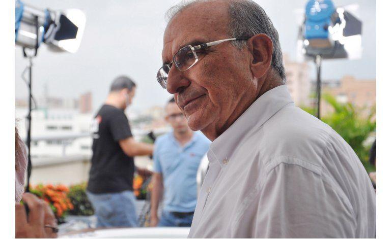El negociador jefe de Colombia recibe bienvenida de héroe