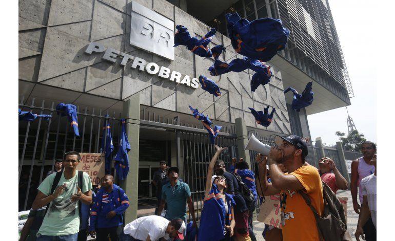 Petrobras recorta planes mientras se investigan sobornos