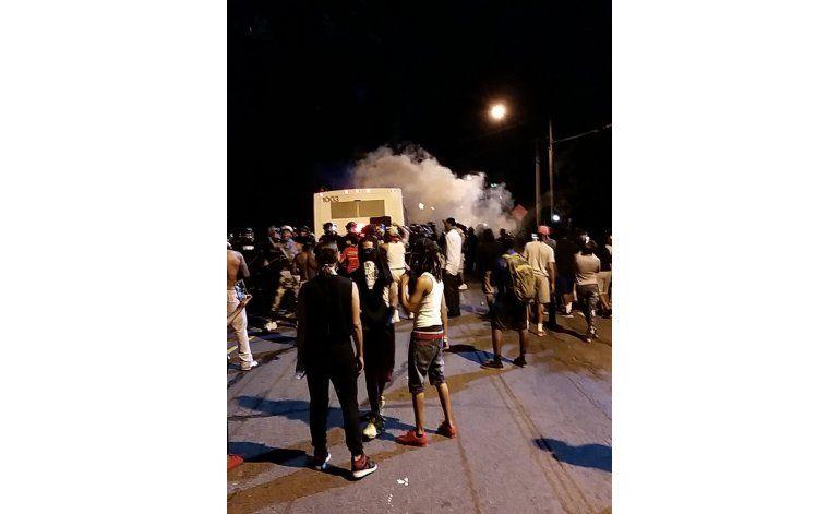 Manifestantes enfrentan a policía tras balacera en Charlotte