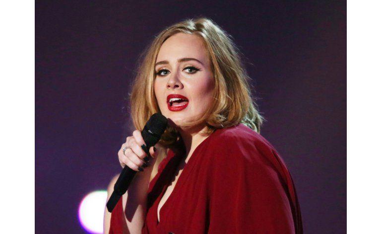 Adele dedica concierto a Pitt y Jolie