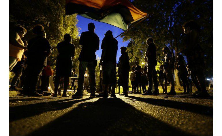 Protestan por 3ra noche en Charlotte; imponen toque de queda