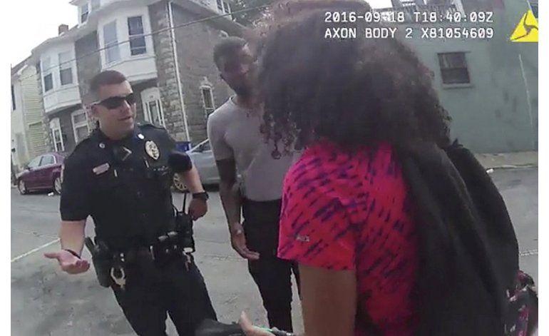 Video muestra a policía rociando a joven con gas pimienta