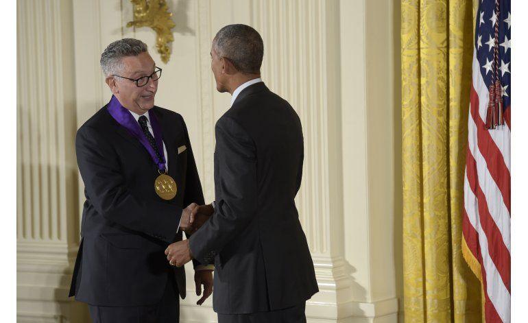 Cisneros, Kaufman reciben sus medallas en la Casa Blanca