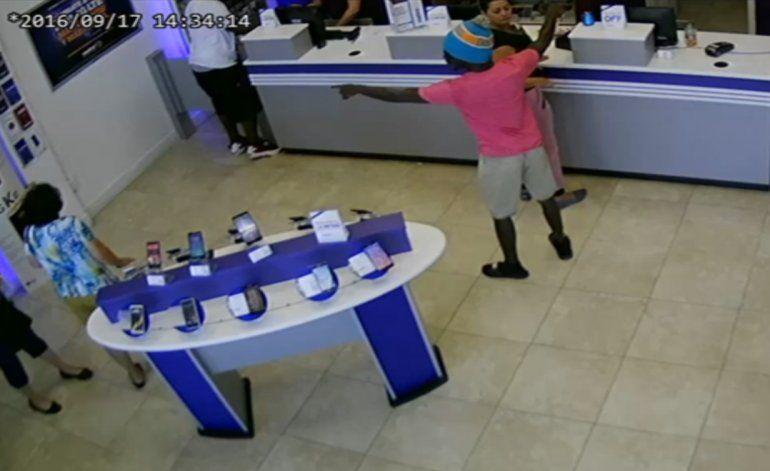 Autoridades siguen tras la pista de los llamados ladrones en series de tiendas  de celulares