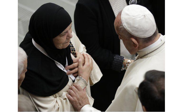 Papa recibe a parientes de fallecidos en ataque de Niza