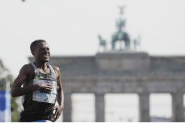 kenenisa bekele gana la maraton de berlin sin batir marca