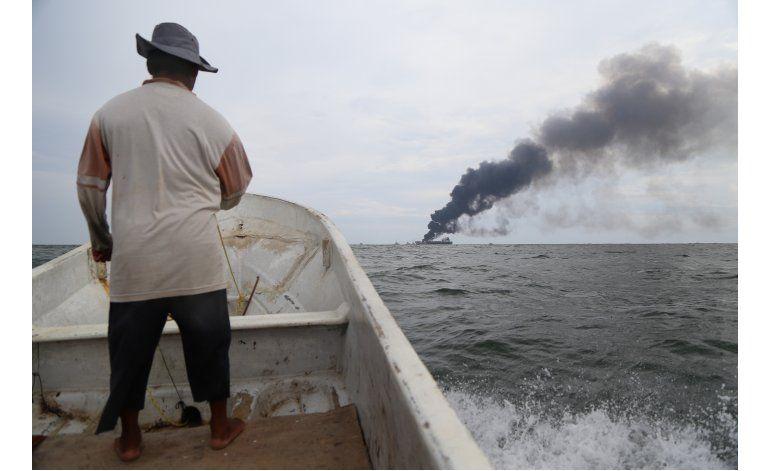Anuncian extinción de fuego en petrolero en golfo de México
