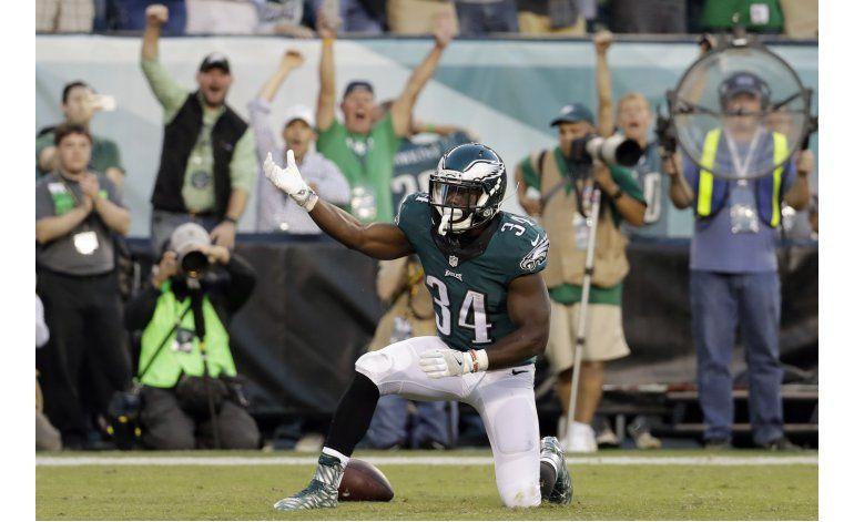 Wentz impresiona de nuevo; Eagles humillan a Steelers