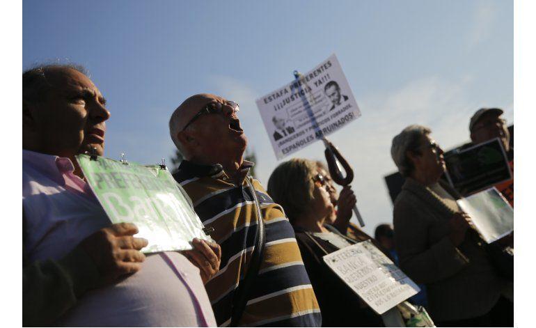 Exjefe FMI llega a juicio en España en medio de protestas