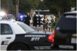 atacante en houston tenia dos armas y mas de 2.500 cartuchos