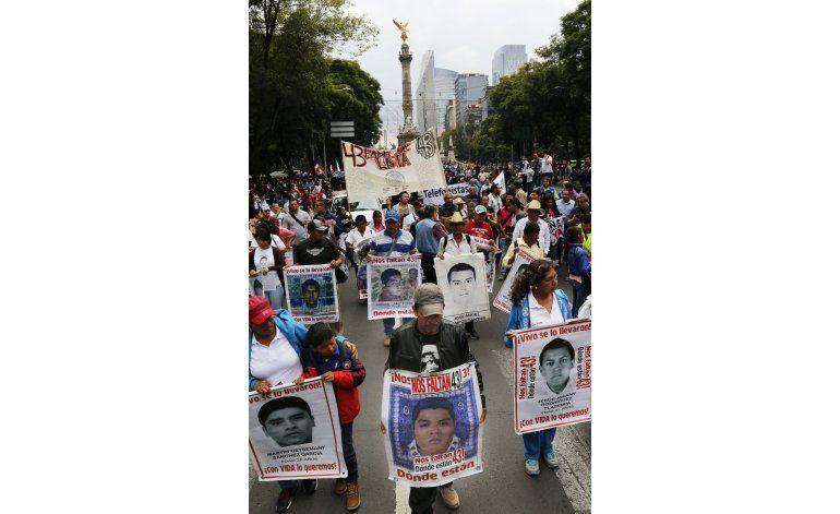 Padres de 43 estudiantes exigen justicia dos años después