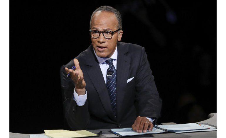 El moderador Lester Holt lucha por controlar debate en EEUU