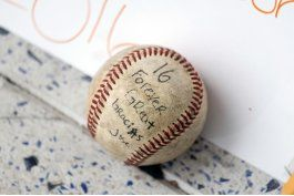 encuentran bolsa con 4 pelotas firmadas por jose fernandez