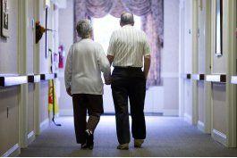 caminar ayuda a pacientes ancianos a recuperarse