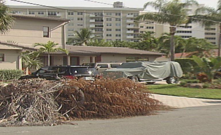 Tres hombres se hicieron pasar por policías y aterrorizaron a una familia en Hallandale Beach