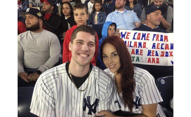 Tras susto, fanático propone matrimonio en Yankee Stadium