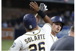 rookie renfroe pega grand slam, padres vencen 7-1 a dodgers