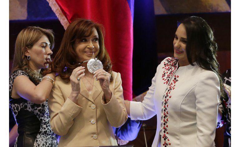 Ecuador: condecoran expresidenta argentina pese a protestas