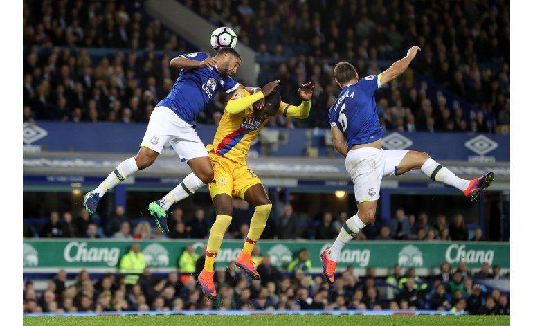 Everton y Crystal Palace igualan con tantos belgas