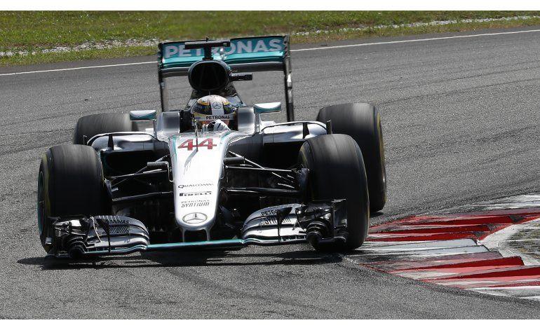 Ricciardo gana GP de Malasia, Hamilton sufre fallo de motor