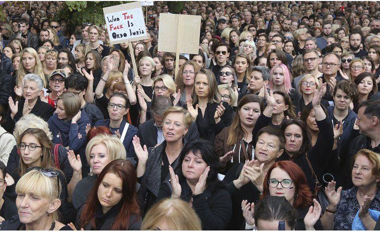 Mujeres en Polonia hacen huelga contra veto al aborto