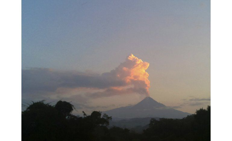 Volcán en Colima, México, lanza cenizas y vapor