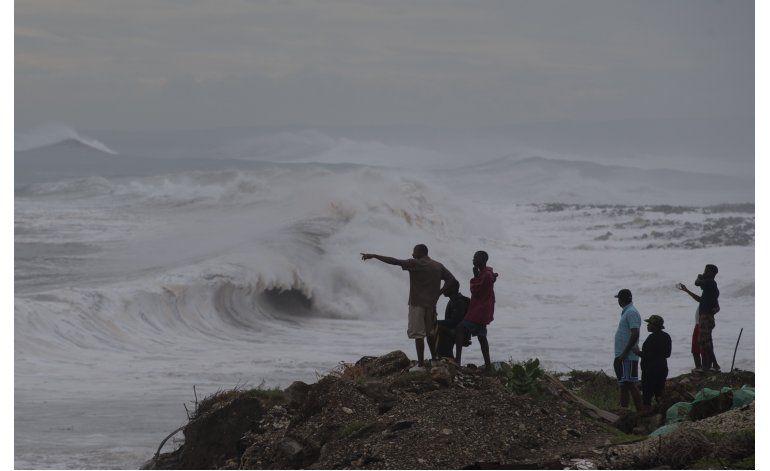 El poderoso huracán Matthew empapa a Haití y Jamaica