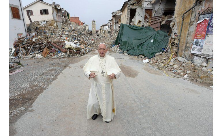 Papa visita por sorpresa zona afectada por sismo en Italia