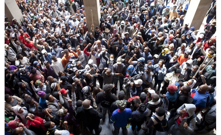 Sudáfrica: policía dispersa protesta universitaria