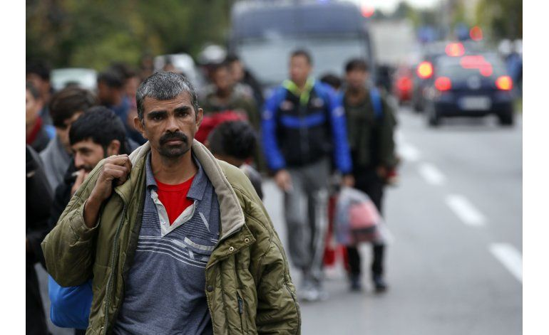 Migrantes caminan desde Serbia a la frontera con Hungría