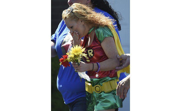 Dolientes de niño baleado en escuela visten como superhéroes