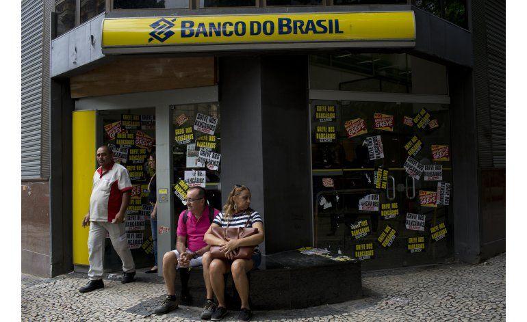 Huelga de trabajadores bancarios en Brasil llega a 30 días