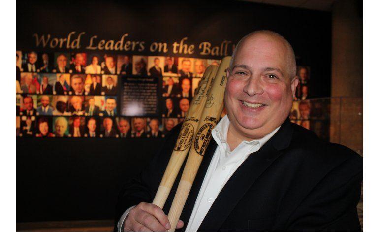 Se hace autografiar pelotas de béisbol por líderes mundiales