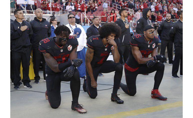 Kaepernick vuelve a protestar durante el himno nacional