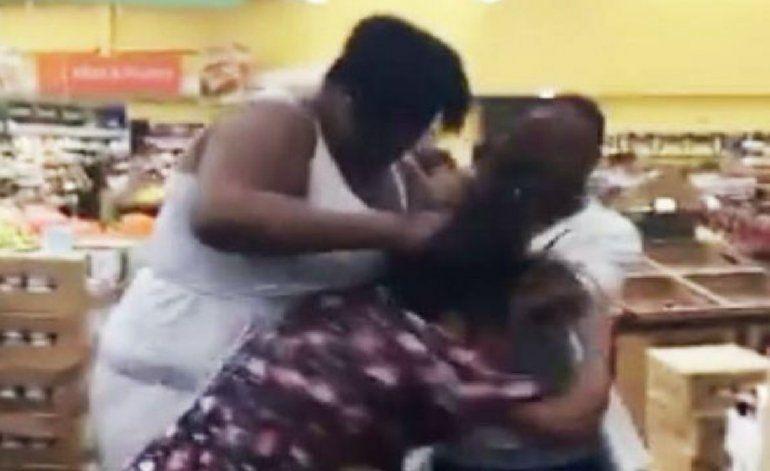Escandalosa pelea a puñetazos entre dos mujeres en Walmart de Miami Gardens