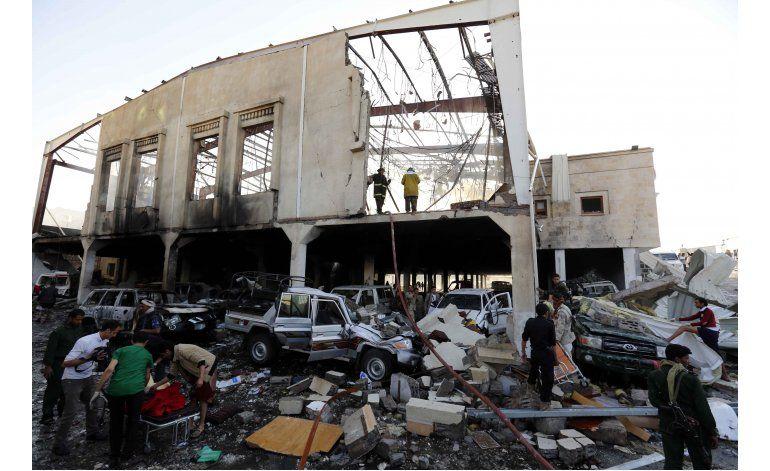 Marchan en Yemen por bombardeo que dejó decenas de muertos