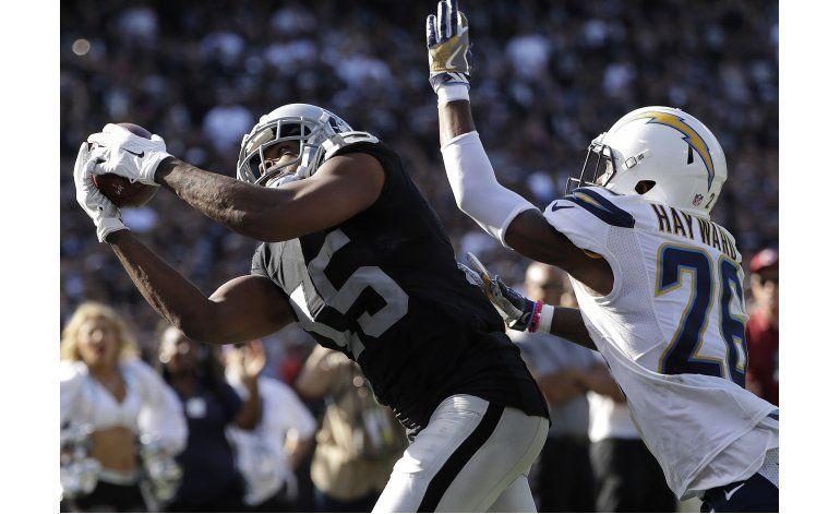 Raiders aprovechan errores de Chargers al vencer 34-31