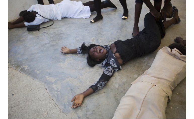 Haitianos oran en iglesias destruidas por el huracán Matthew