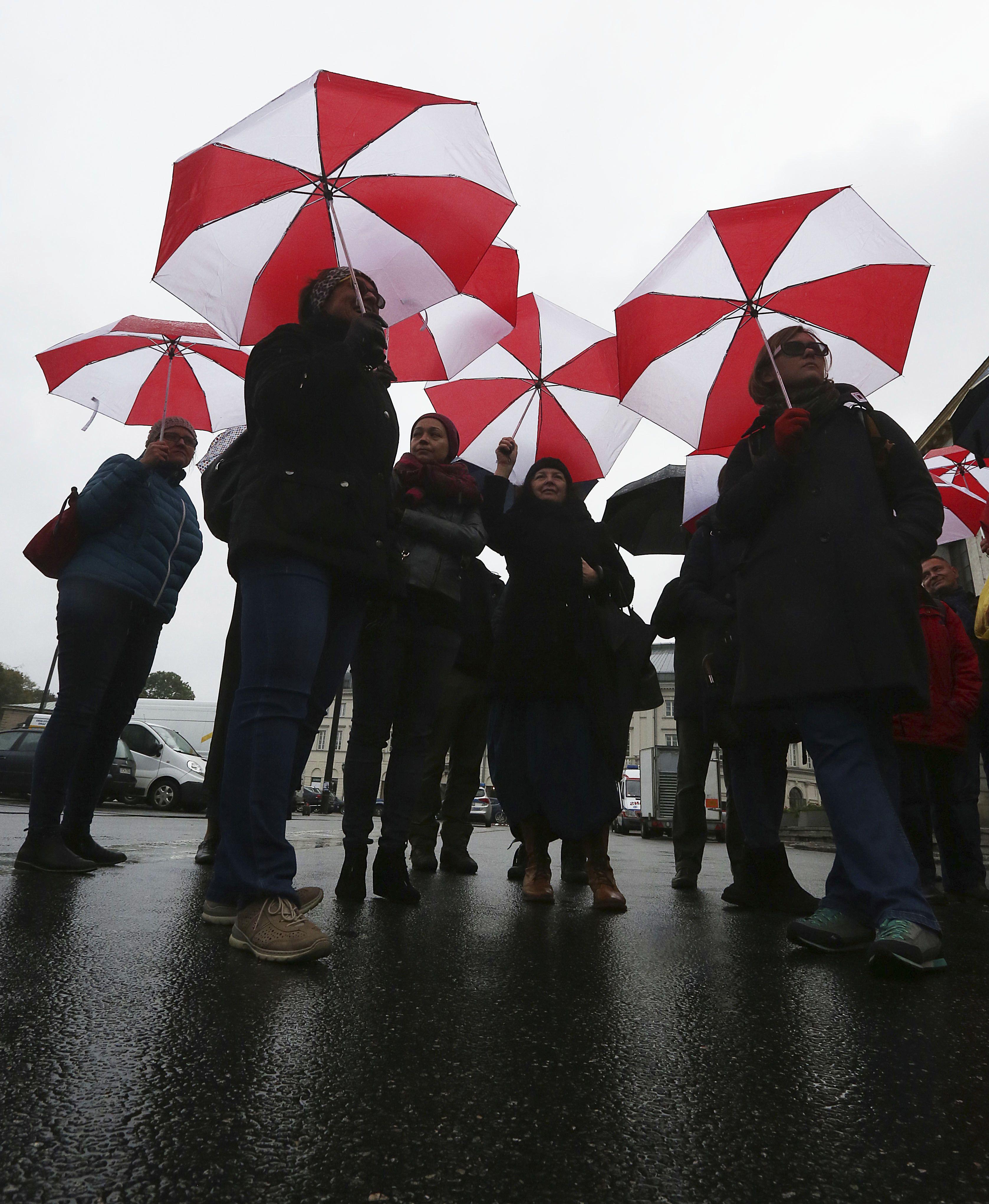 Docentes protestan por reforma escolar en polonia for Funcionarios docentes en el exterior