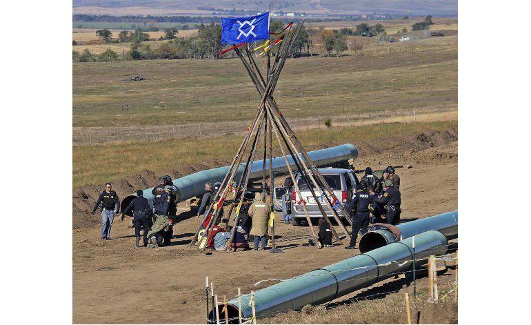 Reanudan trabajo en oleoducto de EEUU a pesar de protestas