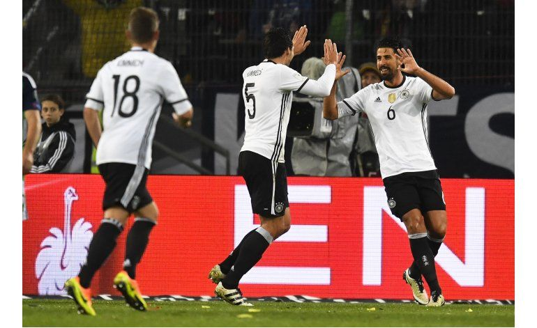 Alemania sigue perfecto, Inglaterra empata en eliminatorias