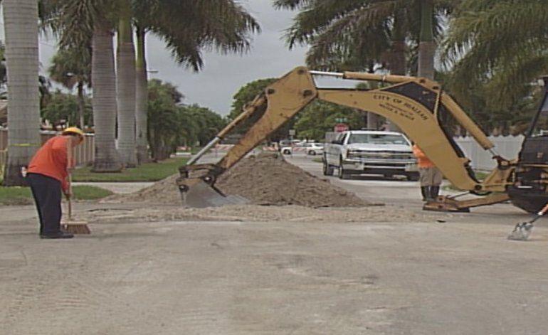 Camioneta de la ciudad de Hialeah cayó en un enorme agujero en el medio de una calle residencial