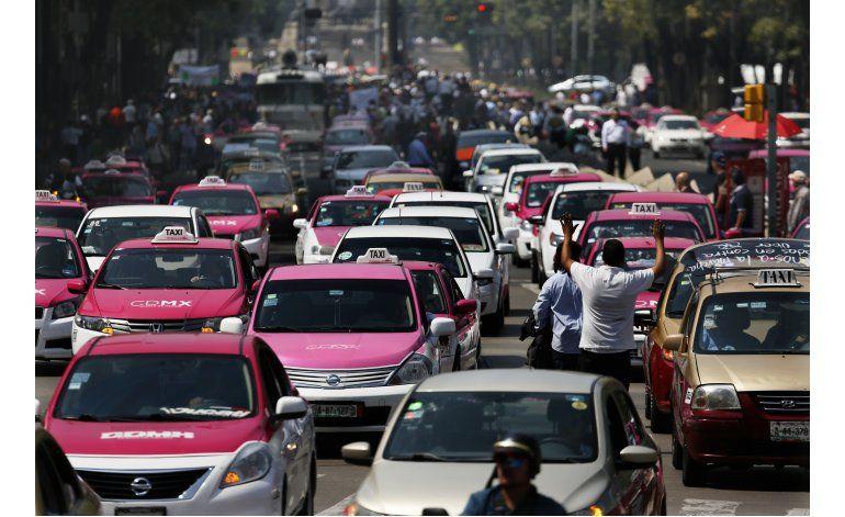 Cientos de taxistas protestan por Uber en Ciudad de México
