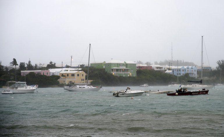 Huracán Nicole azota las Bermudas con poderosos vientos