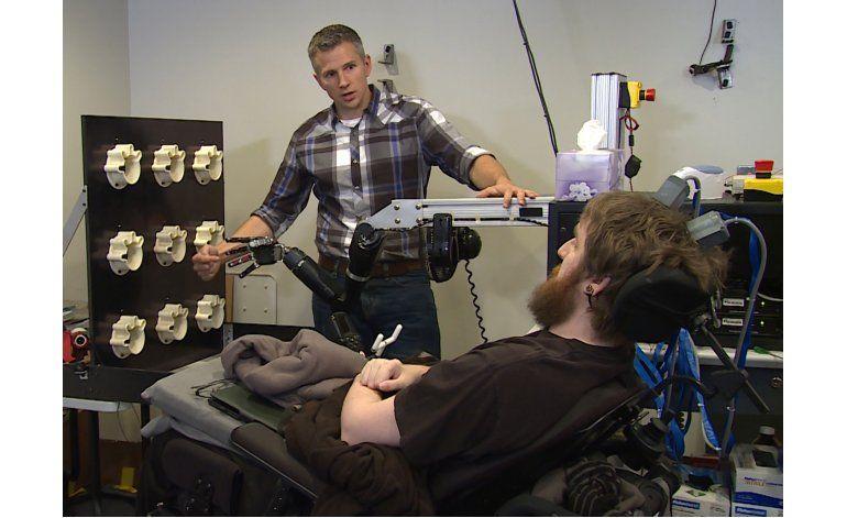 Hombre paralítico siente tacto mediante mano robótica